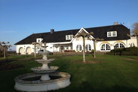 Exklusive Villa Maasheuvel an der Maas mit Park - Lakás