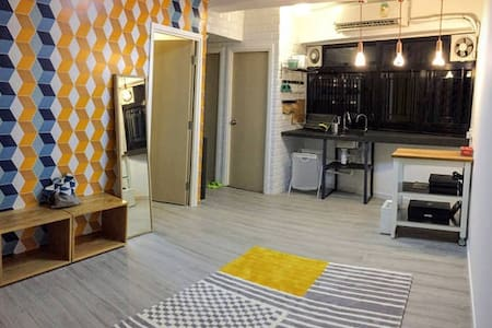 This room is a twins bed room with shared bathroom. We have 4 rooms with a large common room. Our place situated in a 90s vintage building in centre of city. Only take 1 minute to Jordan MTR.We love meeting friends around the world.
