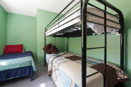 Econ single bed bunk room - share big house w amenities. Central locale near shopping & UofA. Friendly conversation welcomed. Helpful owner lives and works here. Kitchen remodeled, free coffee. Bicycles & office available for rent.