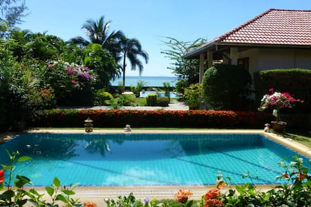 A lovely, 2-bedroom, 2-bathroom, sea-view house on the beach at Lipanoi ,Koh Samui, with a 8m Salt pool and a lush garden owned by a South African couple. Amazing views of the ocean with good sunbathing in the tropical garden.