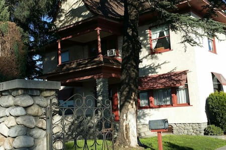 Charming Spacious Victorian House - Talo