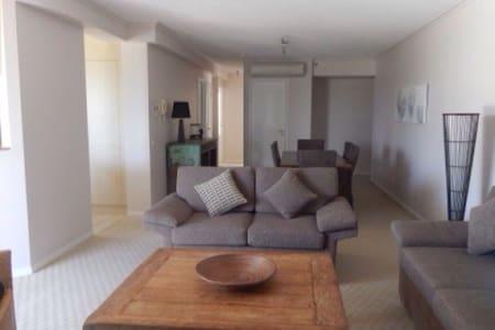 Gorgeous Beach Front Apartment - Burleigh Heads - Appartement