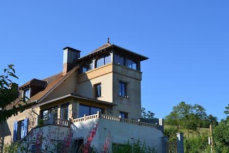 Le gite atypique de  La Maison Bleue - House