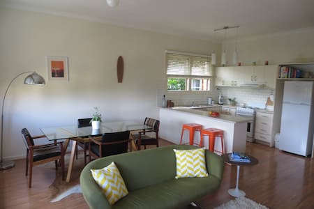 Stylish open plan apartment in Arncliffe. Fully equipped, entire place. Sleeps 2 comfortably. Lots of natural light and space. Located minutes from the station, connecting to the CBD, Newtown, beaches and the Airport in less than 15 mins.