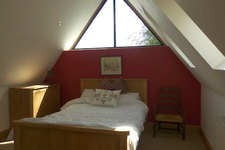 """Red"" En-suite double bedroom in rural village - Casa"