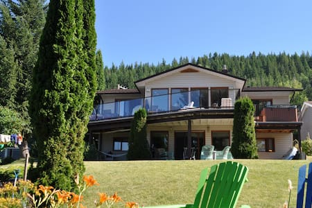 Gorgeous 4 Bedroom Lake-Front Home on Shuswap - Haus
