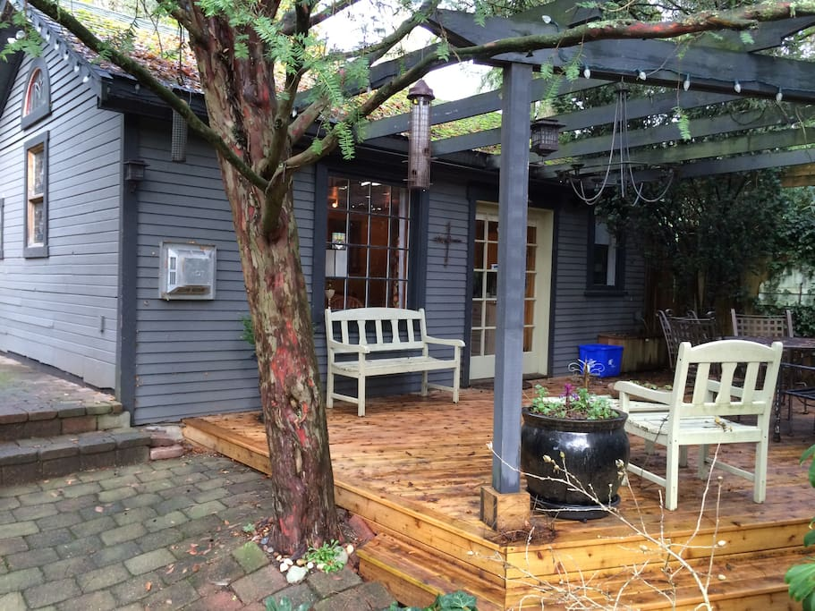 Backyard cottage cabins for rent in west vancouver for 200 sq ft deck