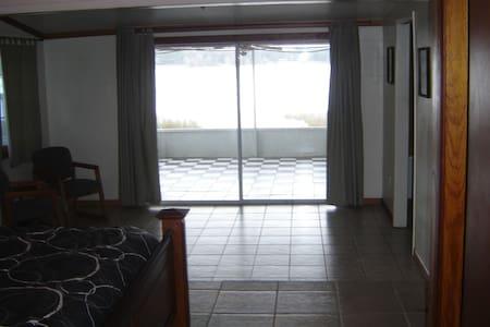 3/2 Quiet Lakefront  - Melrose - House