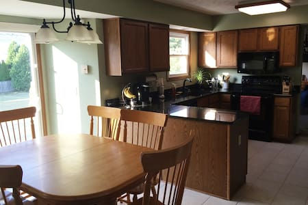Spacious 4-bedroom house with large deck / yard - Twinsburg