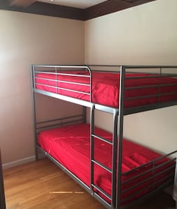 Comfy BUNK bed 2 min from Hollywood