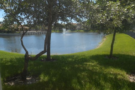 Gorgeous Two Bedroom with lake view - House