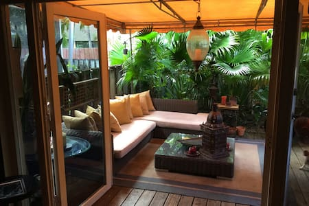 Tropical urban jungle townhouse - 一軒家