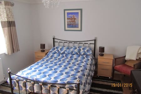 Comfortable modern room and b/room - Woolpit - House