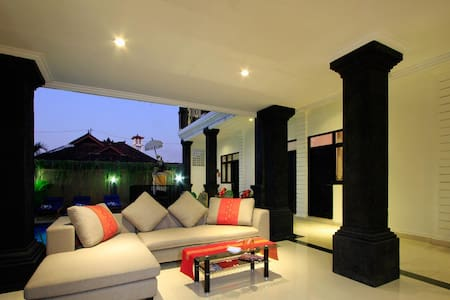 Room to rent, in the main area of Kuta and 15 minutes from Seminyak Tourist Destination Convenience place to stay for low budget accomodation