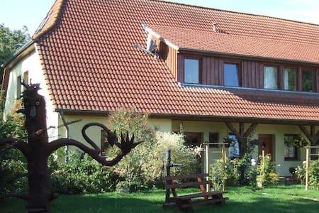 Five Oaks 'Die Rote Wohnung' - Hohenkirchen - Apartament