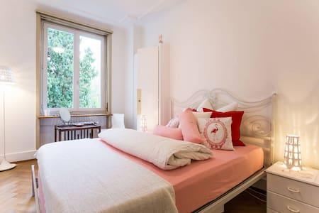 Flamingo Room, Art&B, Basel, Uni - Wohnung
