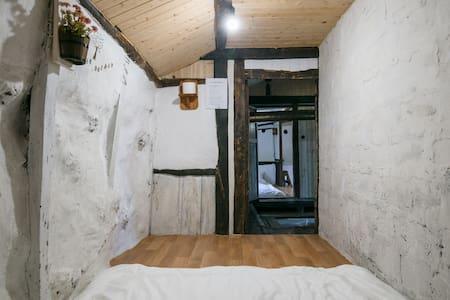 제주도 전통 돌집, 아늑한 커플실 - Bed & Breakfast