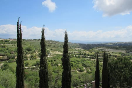 Hilltop villa, breathtaking views - Huvila