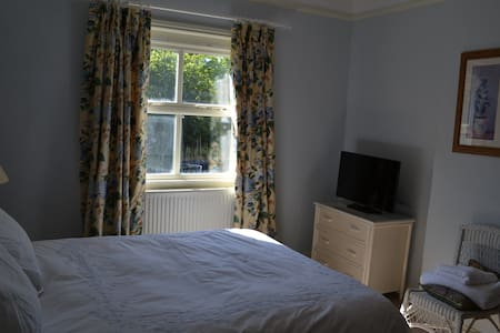 Stunning Castle Hedingham BnB blue - Bed & Breakfast