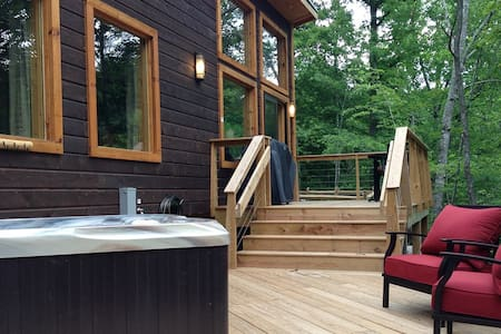 Camryn's Loft  Style, Hot Tub, Fire Pit, King Bed - Dům
