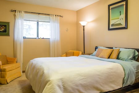 """The Nest"" Lg upstairs bedroom, bath, kitchenette - Flagstaff - Casa"