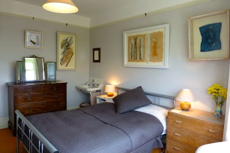 2 double plus 1 twin room near City Quay, parking - Exeter