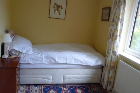 Comfortable Single bedroom with large ensuite - Maison