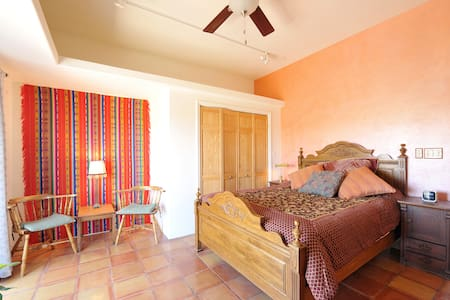 Aster Bdrm- Ray's Country Gardens - Santa Fe - Bed & Breakfast