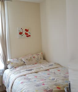 double bed in private room - Apartemen