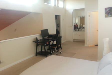 Loft Room in Spacious Apartment - Los Angeles - Loft
