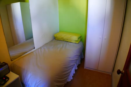 Single room, shared bathroom - Guildford - Casa