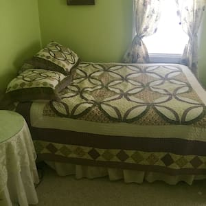 Comfortable room in suburban neighborhood near CLE - Parma - Huis