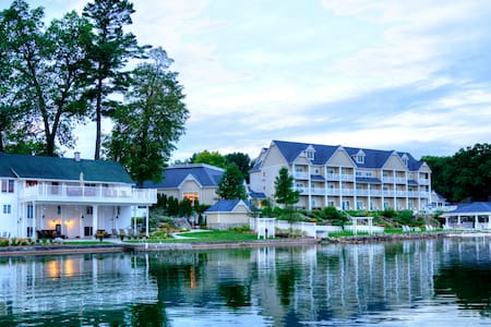 BoatHouse Villa at Bay Pointe Inn - Shelbyville - Casa de camp