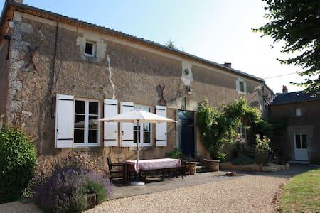 Spacious rural retreat near Loire - Irais