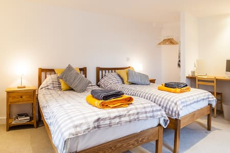 Quiet, private, country twin room en suite - House