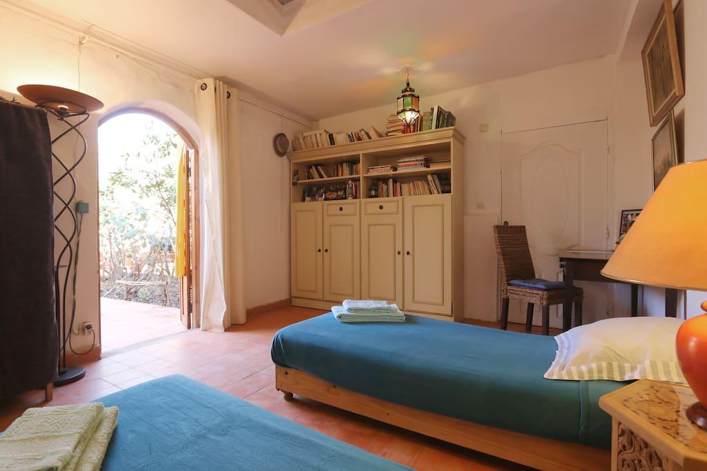 Du lit, vu sur le jardin et la petite terrasse particulière ainsi que le jardin