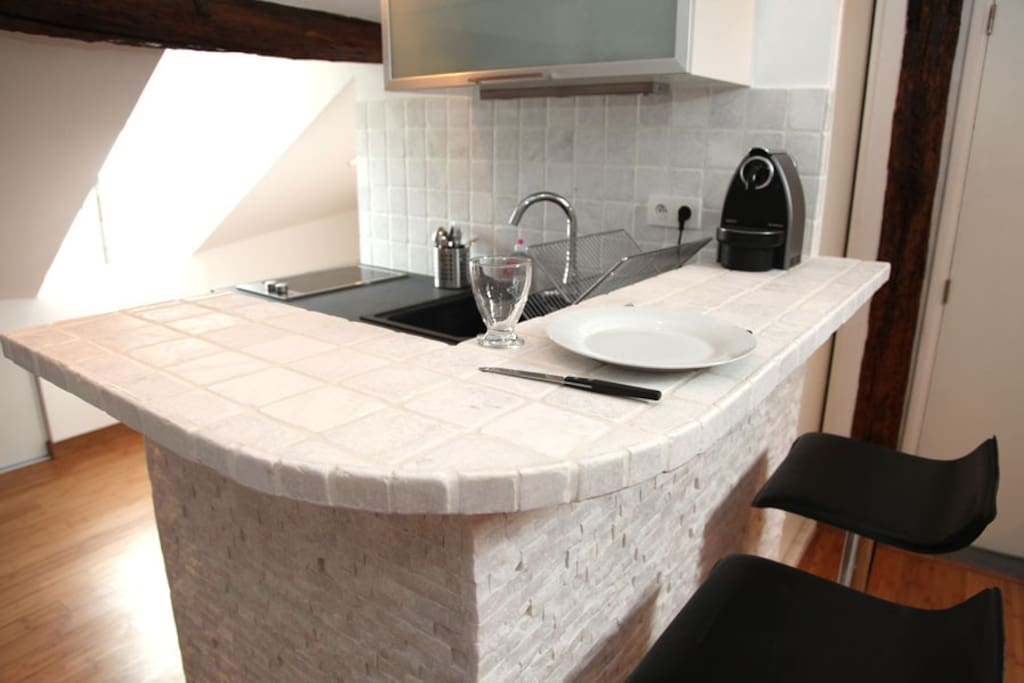 Bar en marbre & vue sur la cuisine équipée