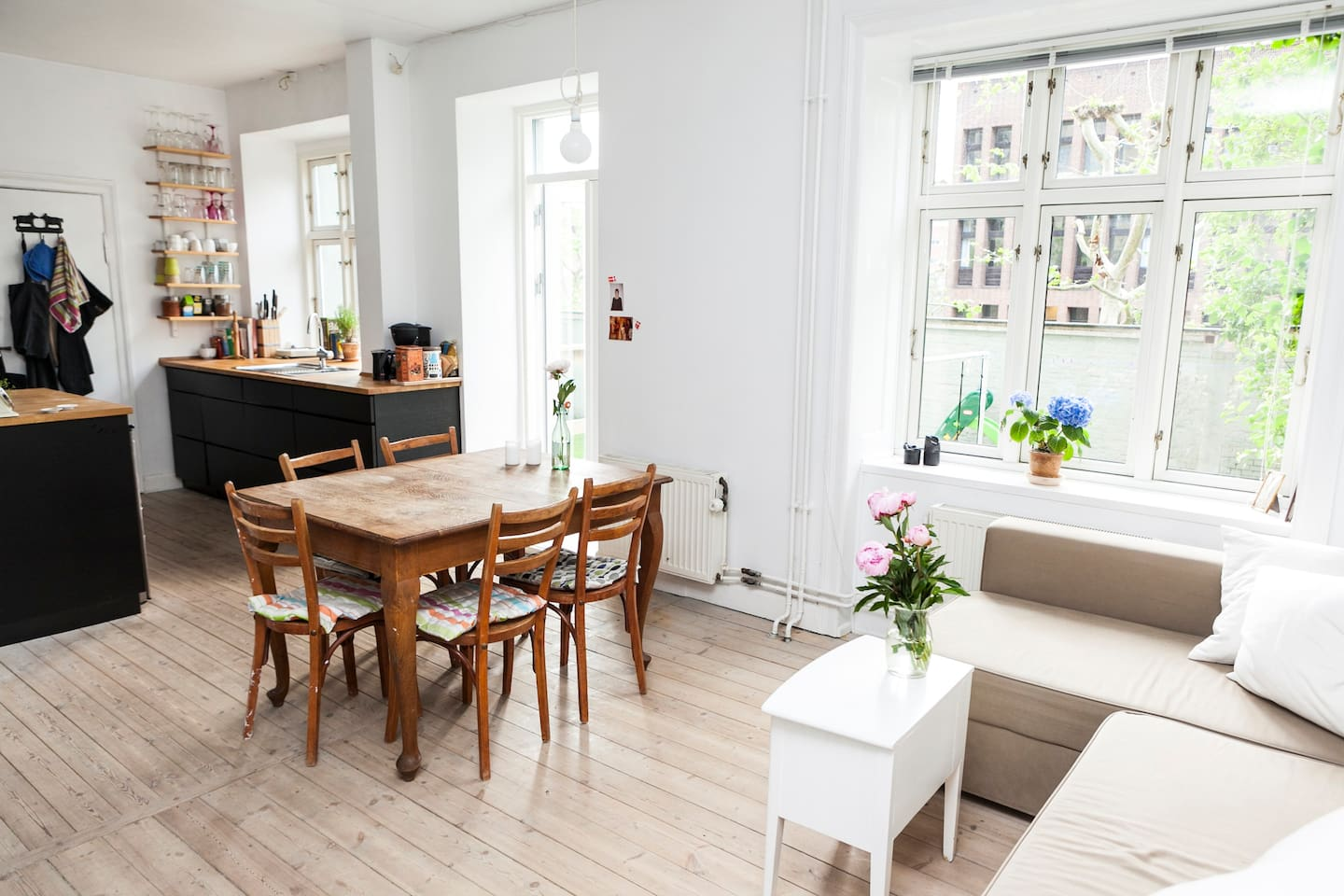 The combined living room and kitchen. In modern danish style, ideal for a good dinner while enjoying the fresh air from the terrace door.