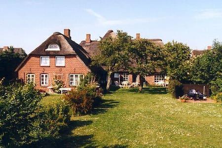 Friesenhof mit Garten, FeWo Krassen - Pis