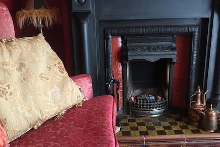Victorian Parlour/Bathroom/Balcony - Cefn-mawr - House