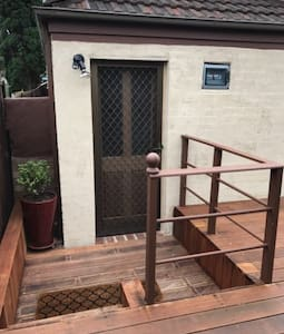 Quiet Cosy Retreat - Chifley - Bed & Breakfast