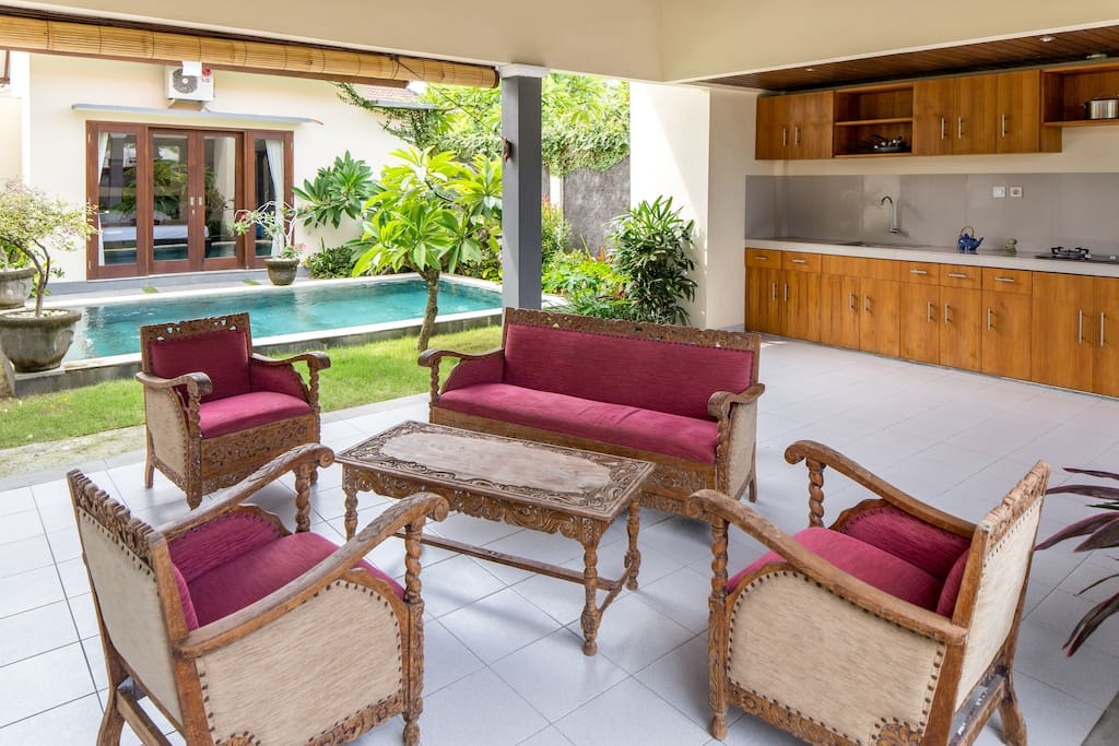 Enjoy and comfy Villa in prime location close to Echo Beach and Batu Bolong beach. Villa is garnished with gorgeous antique furniture, pool, lush and peaceful garden, fully equipped kitchen, LCD TV + Hard drive full of movies,, Internet.