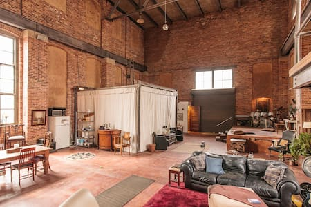 Historic Industrial Loft - Bed & Breakfast