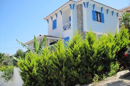 Sunny, spacious house with plenty of outside space - Çeşme - Villa