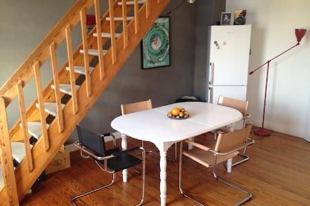 Large & charming maisonette appartement - Pis