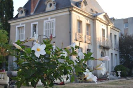 Maison de charme avec petit déjeuner inclus - Joué-lès-Tours - Bed & Breakfast