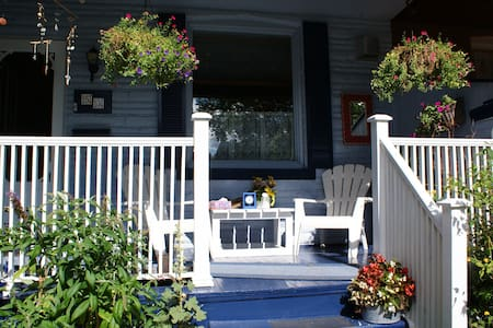 BY THE BOARDWALK AND BEACH AIRBNB - Toronto - House