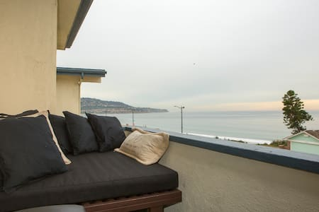 Ocean view with daybed on balcony - 公寓