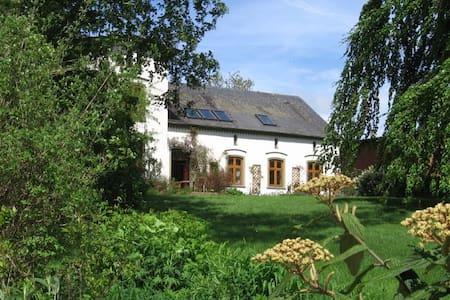 Großzügige Wohnung im Landhaus      - Pis