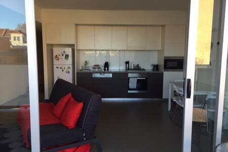 Modern apartment just a step away from the CBD ! - Lägenhet